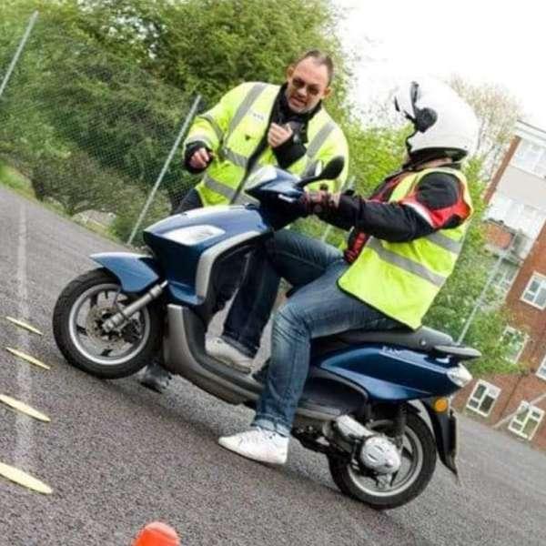 rijschool_Barendrecht_Bromo Scooter Rijbewijs_3.jpg